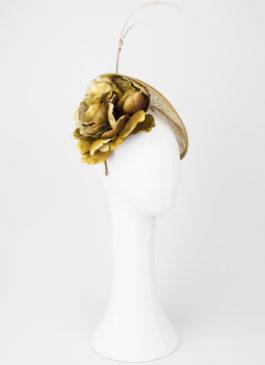 tocado de flor dorado y tela