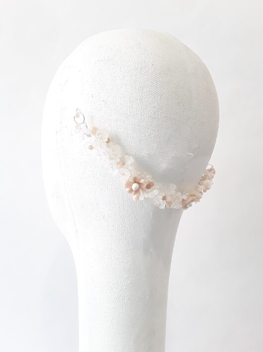 cadena con flor de porcelana