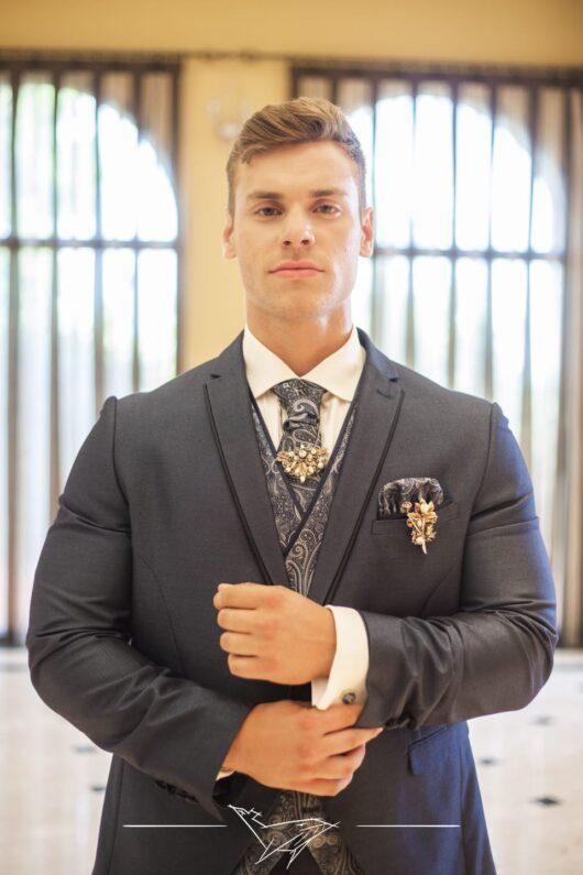 prendido y broche de corbata
